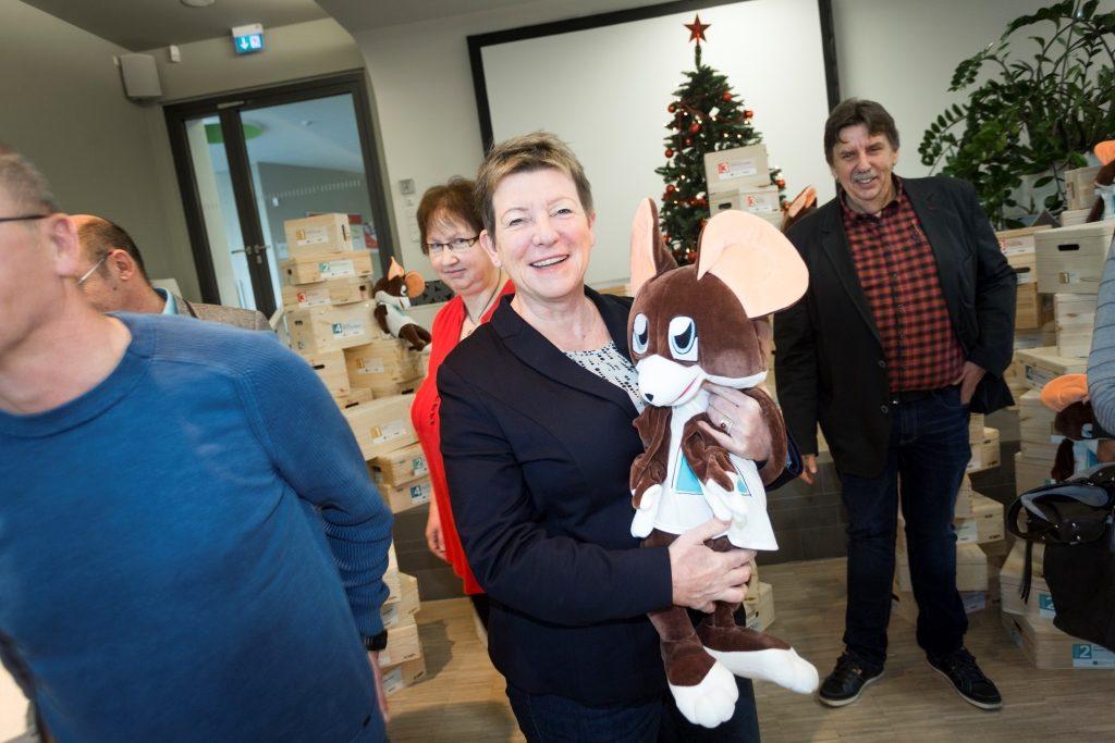 Ministerin für Umwelt, Landwirtschaft und Energie des Landes Sachsen-Anhalt, Frau Professor Claudia Dalbert, mit der kleinen Rennmaus der VRD Stiftung (Copyright LENA)