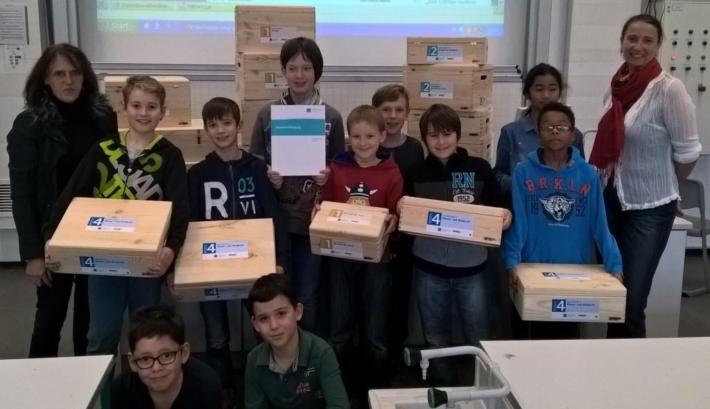 Empfang des Unterrichtsmaterials durch Schüler/innen des Geschwister-Scholl-Gymnasiums