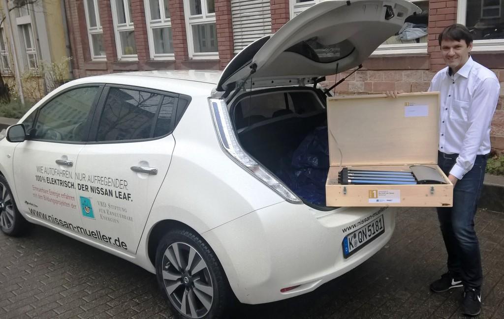 Materialübergabe per Elektrofahrzeig an Christopher Schmachtenberg vom Hölderlin-Gymnasium