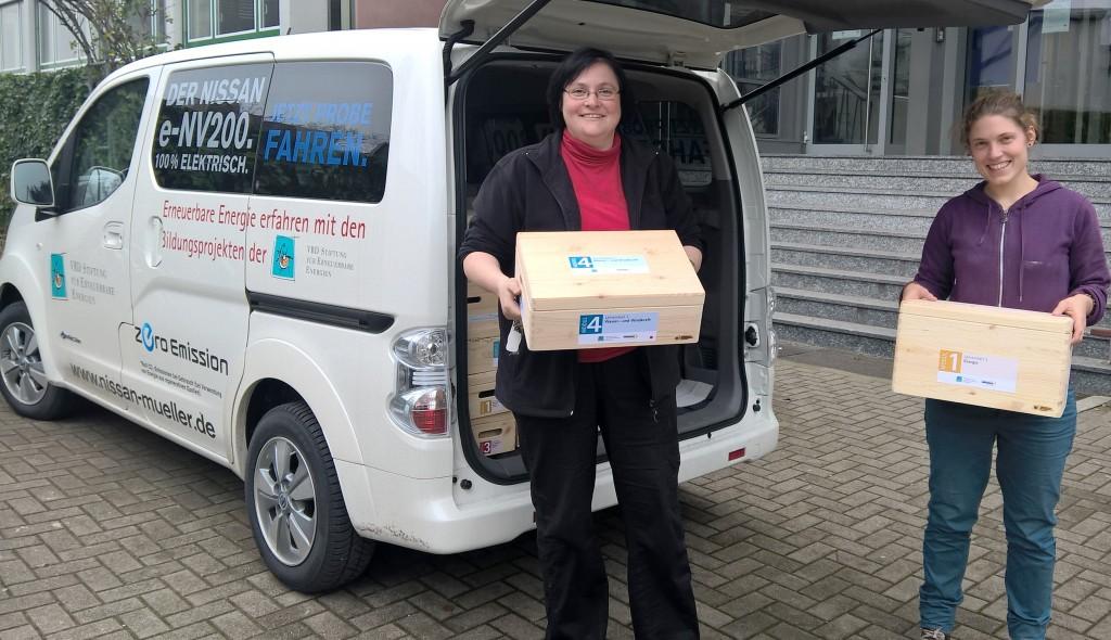 Materialübergabe per Elektrofahrzeug an Frau Dr. Oettinger und Frau Storz